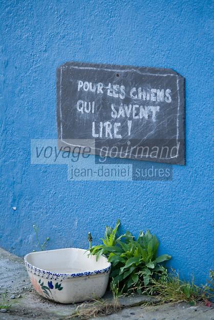 """urope/France/Bretagne/56/Morbihan/Golfe du Morbihan/Ile-Aux-Moines/ Port du Lério: Au Bar """"Le Charlemagne"""" petit panneau pour les  chiens érudits."""