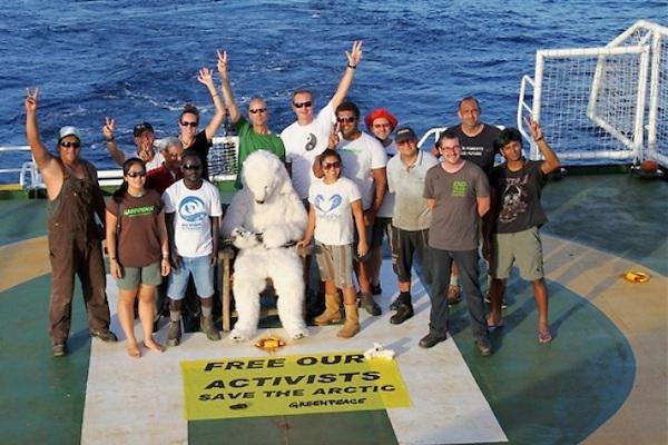 "Activistas de Greenpeace en el barco ""Arctic Sunrise"""