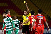 BOGOTÁ - COLOMBIA, 16-04-2019: Ángel Arteaga, árbitro de Venezuela muestra tarjeta amarilla a Stalin Motta de La Equidad (COL), durante partido de la primera etapa entre La Equidad (COL) y el Independiente F.B.C. (PAR), por la Copa Conmebol Sudamericana 2019 en el estadio Nemesio Camacho El Campin, de la ciudad de Bogotá. / Angel Arteaga, referee of Venezuela shows yellow card to Stalin Motta of Independiente F.B.C. (PAR), during a match between La Equidad (COL) and Independiente F.B.C. (PAR), as part of the first stage for the Conmebol Sudamericana Cup 2019 in the Nemesio Camacho El Campin stadium in Bogota city. Photo: VizzorImage / Alejandro Rosales / Cont.