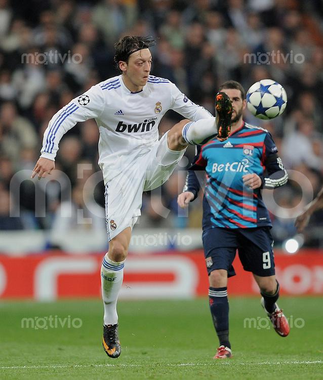 FUSSBALL   CHAMPIONS LEAGUE   SAISON 2010/2011   Achtelfinale  16.03.2011 Real Madrid  -  Olympic Lyon  Mesut Oezil (Real Madrid) mit Ball