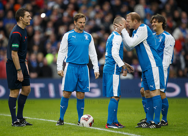 Jorg Albertz kisses Fernando Ricksen before the start of the match