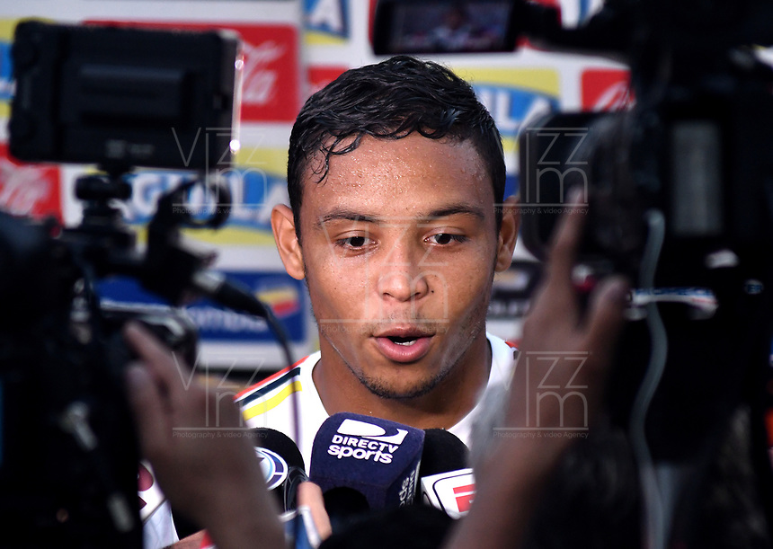 BARRANQUILLA - COLOMBIA - 02 – 10 - 2017: Luis Fernando Muriel, jugador de la Selección Colombia, dialoga con la prensa, durante entreno en las canchas del Polideportivo Universidad Autonoma del Caribe. El equipo colombiano se prepara en Barranquilla para el partido contra el seleccionado de Paraguay el 05 de octubre, partido clasificatorio a la Copa Mundial de la FIFA Rusia 2018. / Luis Fernando Muriel, Colombia national team palyer, speaks with the media, during a training in the grounds of the Sports Center of Autonoma del Caribe University. Colombia team prepares in Barranquilla for the match against the national team of Paraguay on October 05, qualifying for the FIFA World Cup Russia 2018. Photo: VizzorImage / Luis Ramirez/ Staff.