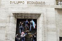 Roma, 31 Agosto 2012.Lavoratori Alcoa protestano davanti  al Ministero dello Sviuppo economico e si arrampicano sulla cancellata
