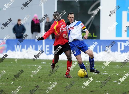 2013-03-24 / Voetbal / seizoen 2012-2013 / Kapellen - Temse / Sulaiman Shabi (l. Kapellen) met Kristof De Witte..Foto: Mpics.be