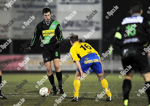 2011-02-19 / Voetbal / seizoen 2010-2011 / Verbroedering Balen - Branddonk / Raf Berkmans (L, Branddonk) met Tom Hendrickx tegenover zich...Foto: mpics