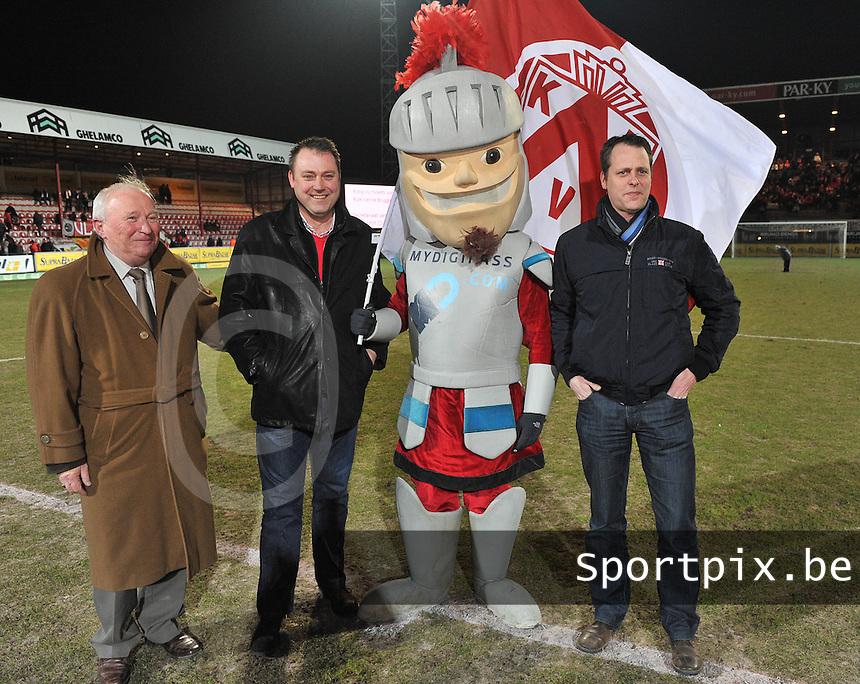 KV Kortrijk - RAEC Mons Bergen : de matchbalschenkers voor de aftrap.foto VDB / BART VANDENBROUCKE