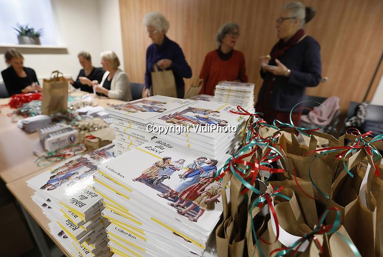 Foto: VidiPhoto<br /> <br /> ZETTEN - Protestantse pepermunt voor katholieke kinderen. Vrijwilligers vervaardigen woensdag in het Betuwse Zetten honderden kerstpakketten voor de kinderen van Poolse werknemers in de Betuwe. De actie is een idee van de gezamenlijke protestantse kerken in de Midden-Betuwe, een regio waar veel Polen werken in de land- en tuinbouw. Veel werkgevers in de Betuwse fruitteelt en laanboomsector zijn kerkelijk meelevend. Omdat veel Poolse vaders soms maandenlang van huis zijn, wordt voor hun kinderen een kerstpakket samengesteld, met daarin Hollandse pepermunt -een geliefd snoepje tijdens protestantse kerkdiensten- een sleutelhanger met Hollandse klompjes, een kinderbijbel in de Poolse taal en een ansicht met Kerstgroet vanuit Nederland. De kerstpakketten worden de komende werken verspreid bij diverse werkgevers onder hun personeel. Kerst vieren ze vrijwel allemaal in eigen land. De Betuwse kerken willen hiermee hun verbondenheid met het Poolse volk tot uiting brengen.