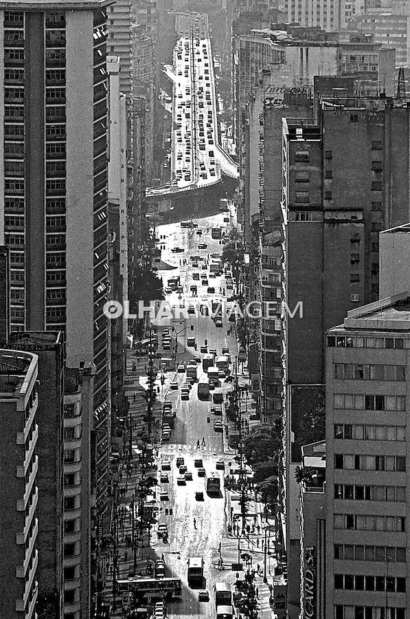 Avenida São João e Elevado Costa e Sila, centro histórico de São Paulo. 1992. Foto de Juca Martins.