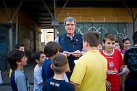 Dino Zoff si presta a giocare come portiere per pochi minuti durante una partita di calcio tra bambini del quartiere Trastevere nel mercato di Piazza San Cosimato.