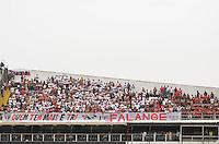 ATENÇÃO EDITOR: FOTO EMBARGADA PARA VEÍCULOS INTERNACIONAIS - SANTOS, SP, 09 DE SETEMBRO DE 2012 - CAMPEONATO BRASILEIRO - SANTOS x SÃO PAULO: Torcida do São Paulo durante partida Santos x São Paulo, válida pela 23ª rodada do Campeonato Brasileiro de 2012 no Estádio da Vila Belmiro em Santos. FOTO: LEVI BIANCO - BRAZIL PHOTO PRESS