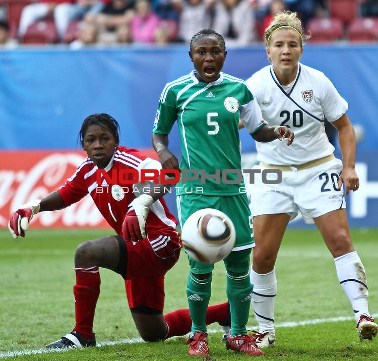 25.07.2010,  Augsburg, GER, FIFA U20 Womens Worldcup, , Viertelfinale, USA vs Nigeria,  im Bild Alaba JONATHAN (Nigeria #1) Cecilia NKU (Nigeria #5) und Amber BROOKS (USA #20)  , Foto: nph /  Straubmeier