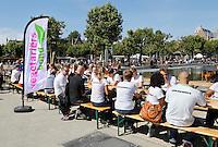 Nederland  Amsterdam 2016. De Langste Vegetarische Tafel op het Museumplein. De Langste Vegetarische Tafel is een door de Vegetariërsbond, Tivall en Sabra georganiseerde culinaire recordpoging. Men wil met een gratis maaltijd laten zien dat vegetarisch eten lekker is en goed voor het klimaat. Medewerkers eten vooraf.  Foto Berlinda van Dam / Hollandse Hoogte