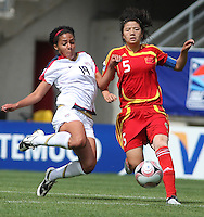 Chile, Temuco: Usa forward Sydney Leroux (L) goes for the ball along with Weng Xinzhi Chine´s team, during the final match on the group, Fifa U-20 Womens World Cup the at German Becker stadium in Temuco , on November 26 2008. Photo by Grosnia/ISIphotos.com