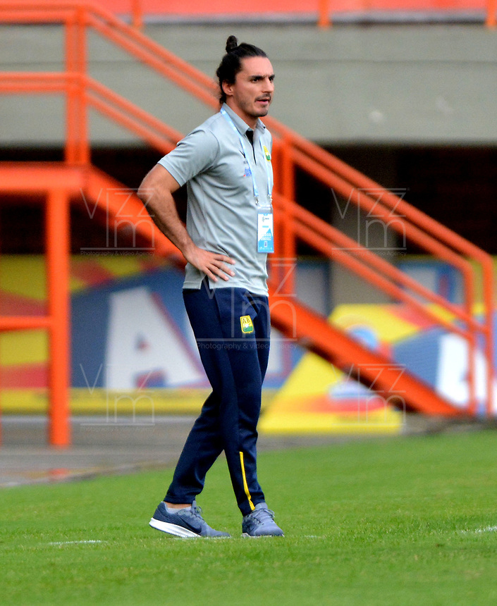 ENVIGADO - COLOMBIA, 03-04-2019: Carlos Giraldo, técnico de Atlético Bucaramanga, durante partido entre Envigado F. C. y Atlético Bucaramanga de la fecha 13 por la Liga Águila I 2019, en el estadio Polideportivo Sur de la ciudad de Envigado. / Carlos Giraldo, coach of Atletico Bucaramanga during a match between Envigado F. C., and Atletico Bucaramanga of the 13th date  for the Leguaje Aguila I 2019 at the Polideportivo Sur stadium in Envigado city. Photo: VizzorImage / León Monsalve / Cont.