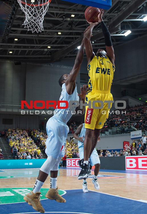 10.02.2019, &Ouml;VB Arena, Bremen, GER, easy Credit-BBL, Eisb&auml;ren Bremerhaven vs EWE Baskets Oldenburg, im Bild<br /> unter dem Korb<br /> Will CUMMINGS (EWE Baskets Oldenburg #3 )<br /> Durrell SUMMERS ( Eisb&auml;ren Bremerhaven #33 )<br /> Foto &copy; nordphoto / Rojahn
