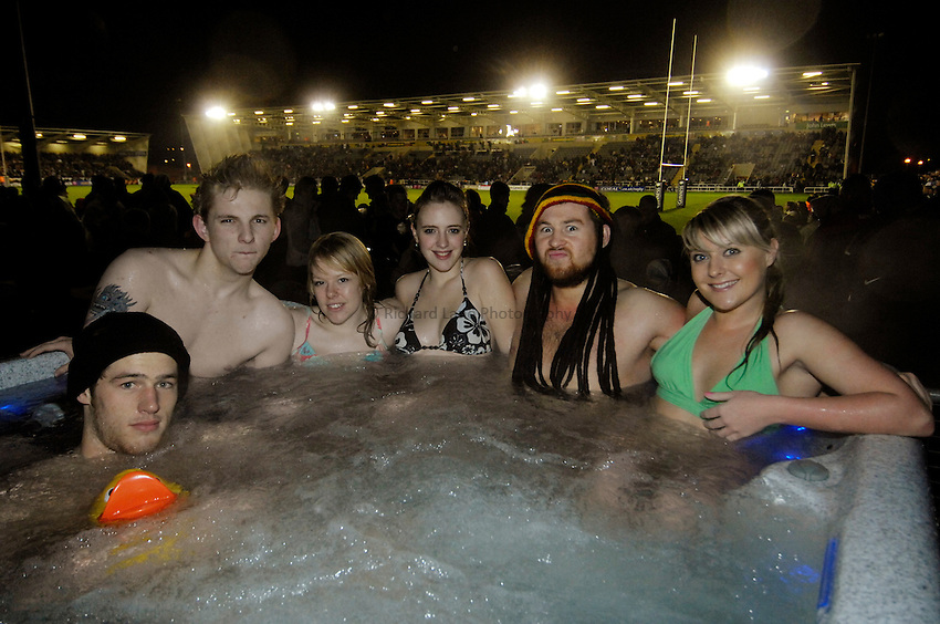 Photo: Jed Wee/Sportsbeat Images..Newcastle Falcons v London Wasps. Guinness Premiership. 23/02/2007...Hot tub participants.