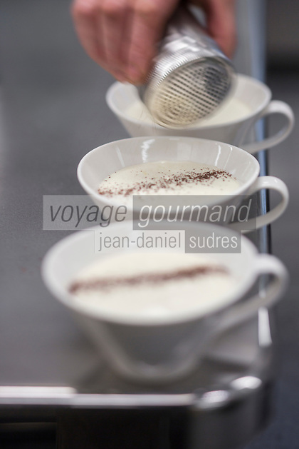 Italie, Val d'Aoste, Morgex:   Cappuccino de Fontina d'alpage et chocolat vénézuélain de fève Criollo, recette d' Agustino Buillas, chef du restaurant: Café Quinson, piazza Pincipe Tomasa  // Italy, Aosta Valley, Morgex:  Cappuccino Fontina Alpine   and vénézuélain Criollo bean chocolate  ,  Agustin Buillas recipe, chef 's: Café Quinson