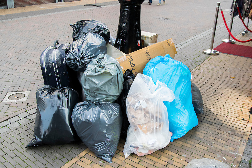 Nederland, Utrecht, 10 okt 2014<br /> Vuilniszakken op straat gezet voor de vuilnisophaler. <br /> Foto: (c) Michiel Wijnbergh