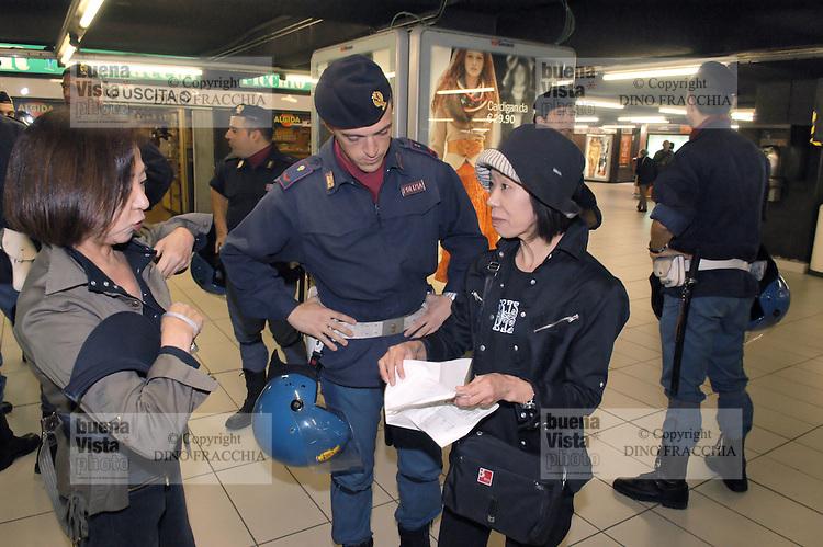 - ssecurity controls in the subway, police with two Japanese tourists....- controlli di sicurezza nella metropolitana, polizia con due turiste giapponesi..