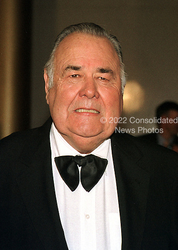 """Jonathan Winters  arrives at the John F. Kennedy Center for the Performing Arts in Washington, D.C. to accept the """"Mark Twain Prize"""" for comedy on October 20, 1999..Credit: Ron Sachs / CNP"""