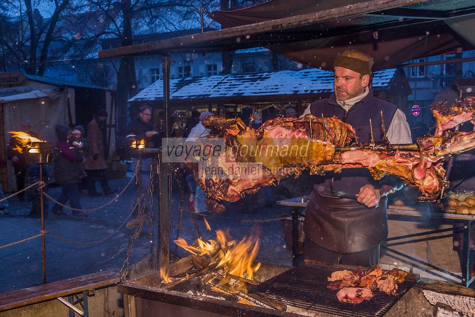 Europe/Allemagne/Bade-Würrtemberg/Forêt Noire/Ettlingen: Le Marché de Noël - Détail étal d'un stand spécialités régionales, proposant de la viande  de porc grillée, Cuisson à la broche  AUTO N: 2012-425