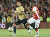 BOGOTÁ -COLOMBIA, 08-08-2015. Yair Arrechea (Der) jugador de Independiente Santa Fe disputa el balón con Oscar Rodas (Izq) jugador de Águilas Doradas durante partido por la fecha 5 de la Liga Aguila II 2015 jugado en el estadio Nemesio Camacho El Campín de la ciudad de Bogotá./ Yair Arrechea (R) player of Independiente Santa Fe fights for the ball with Oscar Rodas (L) player of Aguilas Doradas during the match for the 5th date of the Aguila League II 2015 played at Nemesio Camacho El Campin stadium in Bogotá city. Photo: VizzorImage/ Gabriel Aponte / Staff