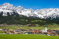 Austria, Tyrol, Ellmau with village church and Wilder Kaiser mountains | Oesterreich, Tirol, Ellmau am Wilden Kaiser mit Dorfkirche