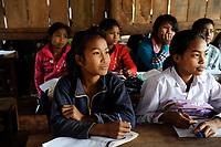 LAO PDR, province Oudomxay , mountain village Houyta, ethnic group Khmu, children in village school / LAOS, Provinz Oudomxay, Dorf Houyta , Ethnie Khmu , Kinder aus Bergdoerfern der Ethnie Khmu in einer Dorfschule , links Maedchen Vanna 11 Jahre alt, Tochter von Mai und Vanhsouk