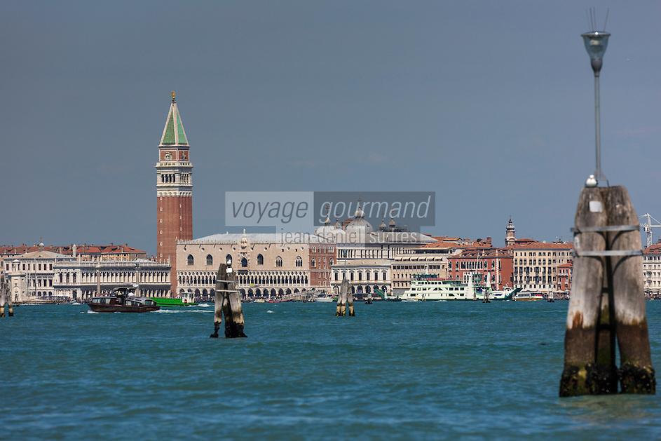 Italie, Vénétie, Venise:  le Palais des Doges et le Campanile de Saint-Marc // Italy, Veneto, Venice: Doge's Palace and St Mark's Campanile