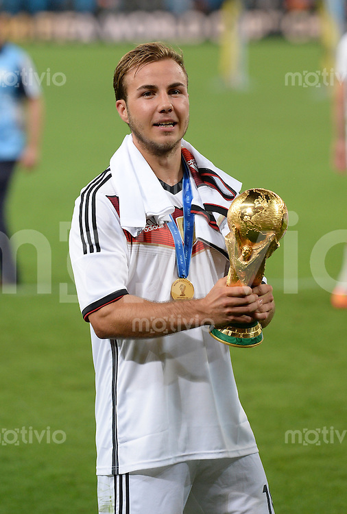 FUSSBALL WM 2014                       FINALE   Deutschland - Argentinien     13.07.2014 DEUTSCHLAND FEIERT DEN WM TITEL: Mario Goetze jubelt mit dem WM Pokal