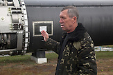 Ein Tourguide zeigt eine Rakete / A tour guide shows the missile.