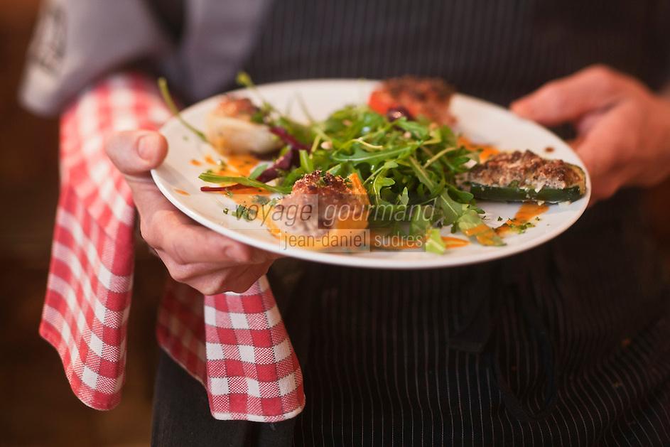 Europe/France/Provence-Alpes-Côte d'Azur/06/Alpes-Maritimes/Cannes:  Restaurant: Aux Bons Enfants _ Service - Assiette de petits farcis provençaux