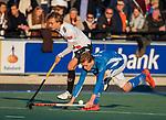 UTRECHT - Silas Lageman (Kampong) met Floris Middendorp (Adam)   tijdens de hoofdklasse hockeywedstrijd mannen, Kampong-Amsterdam (4-3).  COPYRIGHT KOEN SUYK