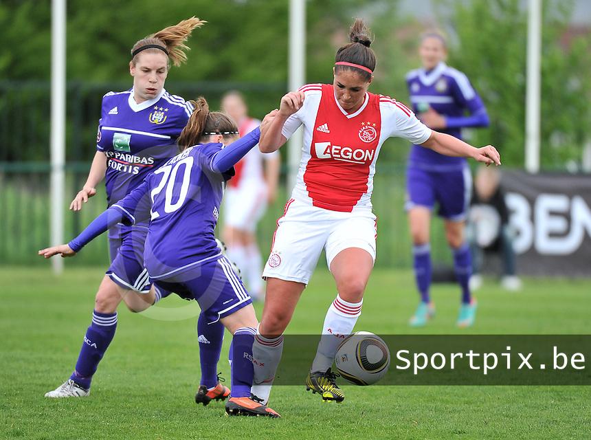 RSC Anderlecht Dames - Ajax Amsterdam : Babiche Roof aan de bal voor Taika De Koker (links).foto DAVID CATRY / Nikonpro.be