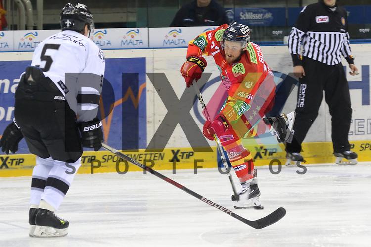 Duesseldorfs Tim Schuele (Nr.27) zieht ab, Nuernbergs Daniel Syvret (Nr.5) steht im Weg beim Spiel in der DEL Duesseldorfer EG (rot) - Nuernberg Ice Tigers (weiss).<br /> <br /> Foto &copy; PIX-Sportfotos *** Foto ist honorarpflichtig! *** Auf Anfrage in hoeherer Qualitaet/Aufloesung. Belegexemplar erbeten. Veroeffentlichung ausschliesslich fuer journalistisch-publizistische Zwecke. For editorial use only.