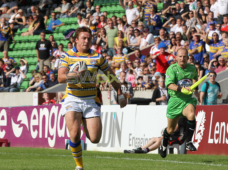 PICTURE BY MARK GREEN/SWPIX.COM - Rugby League - Super League - Harlequins RL V Leeds Rhinos  The Stoop, Twickenham, England  - 12/06/10...Leeds Rhino's Brent Webb races away to score the teams 3rd try..Simon Wilkinson - 07811267706..