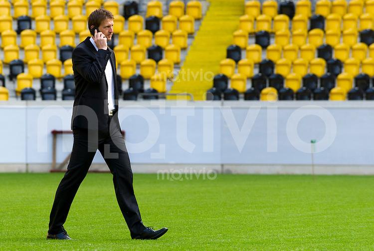 Fussball, 2. Bundesliga, Saison 2013/14, SG Dynamo Dresden, Mannschaftsvorstellung, Mannschaftsfoto. Sportdirektor Steffen Menze telefonierend.