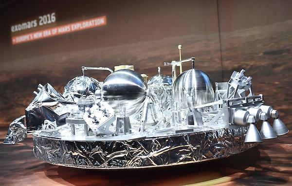 MHM010 DARMSTADT (ALEMANIA), 19/10/2016.- Vista de una maqueta del módulo Schiaparelli en el pabellón de la Agencia Espacial Europea (ESA) en Darmstadt, Alemania hoy 19 de octubre de 2016. El módulo Schiaparelli entra hoy en la atmósfera de Marte y descenderá y aterrizará en su superficie mediante una maniobra muy compleja que demostrará tecnologías europeas. EFE/Uwe Anspach