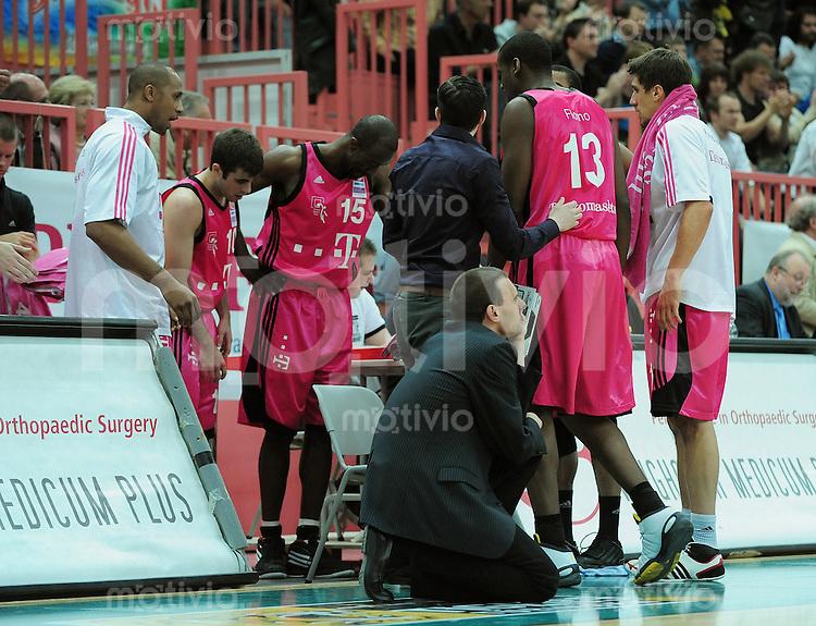 Basketball   1. Bundesliga 2009/2010  22.04.2010 Walter Tigers Tuebingen -   Telekom Baskets Bonn Telekom Baskets Bonn Trainer Michael Koch (Mitte)