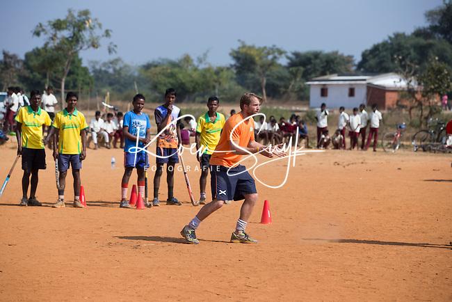 KHUNTI (Jharkhand) -  Trainersopleiding  olv Warner vd Vegt. - ONE MILLION HOCKEY LEGS  is een project , geïnitieerd door de Nederlandse- en Indiase overheid, met het doel om trainers en coaches op te leiden en  500.000 kinderen in India te laten hockeyen.  Ex international Floris Jan Bovelander    is een van de oprichters en het gezicht van OMHL.  COPYRIGHT KOEN SUYK
