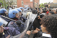 - a group of fugitives and political refugees from Eastern Africa countries, without assistance, while on the books with residence permits, occupy an abandoned residence in Bruzzano (Milan), after a few days will be evacuated by force by the police<br /> <br /> - un gruppo di  profughi e rifugiati politici da paesi dell'Africa Orientale, senza assistenza pur essendo in regola con i permessi, occupano un residence abbandonato a Bruzzano (Milano), dopo pochi giorni vengono sgomberati con la forza dalla polizia