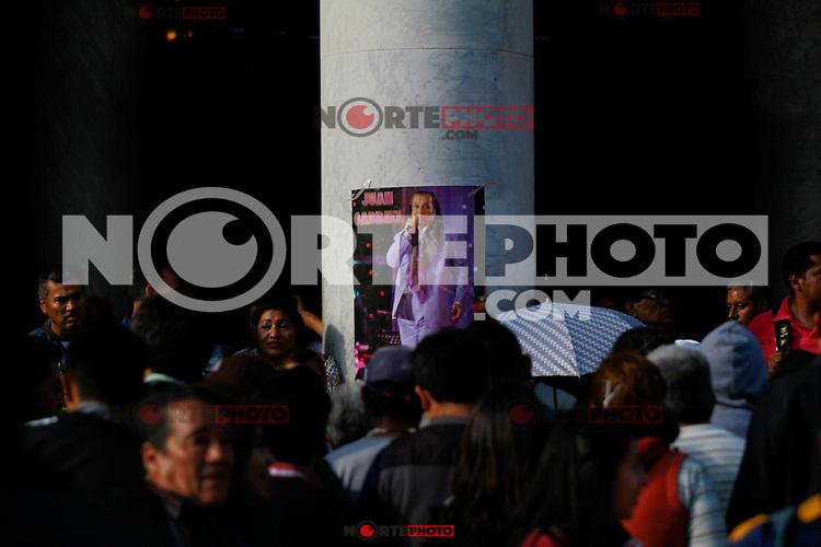 """Ciudad de México 29/Agosto/2016.<br /> Después de darse a conocer la triste noticia, de fallecimiento de """"El Divo de Juárez"""", cientos de fans se reúnen en las inmediaciones del Palacio de Bellas Artes para brindarle un homenaje y corear sus canciones a las afueras del recinto, mientras un amplio contingente de seguidores arriban a la Plaza de  Garibaldi, para brindarle un homenaje al pie de su estatua."""