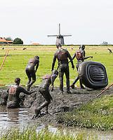 Nederland  Schermerhorn 2016 07 10.  Jaarlijkse Prutmarathon door de modderige slootjes van de Mijzenpolder. De groepenrace, waarbij elke groep ook een rubberboot moet meenemen.  Foto Berlinda van Dam / Hollandse Hoogte