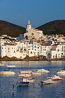 Spain, Catalonia, Costa Brava, Cadaques: View over harbour to white town | Spanien, Katalonien, Cadaques: Fischerdorf an der Costa Brava