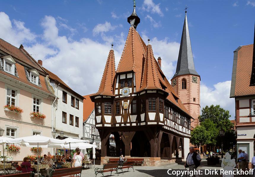 Marktplatz mit Rathaus von 1484 und Stadtkirche, Michelstadt im Odenwald, Hessen, Deutschland