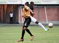 CÚCUTA -COLOMBIA, 02-05-2015.  Jonathan Palacios (Der) jugador del Cucuta Deportivo disputa el balón con Anderson Zapata (Izq) jugador de Aguilas Doradas durante partido por la fecha 18 de la Liga Aguila I 2015 disputado en el estadio General Santander de la ciudad de Cúcuta./ Jonathan Palacios (R) player of Cucuta Deportivo struggles the ball with Anderson Zapata (L) player of Aguilas Doradas during match for the 12th date of the Postobon League II at the General Santander Stadium in Cucuta city. Photo: VizzorImage/Manuel Hernandez/Cont