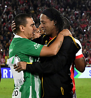 BOGOTA-COLOMBIA, 17-10-2019: Ronaldinho Gaucho ex jugador brasileño Ronaldinho Gaucho saluda a Víctor Aristizábal ex jugador colombiano,durante un partido de exhibición entre Independiente Santa Fe y Atlético Nacional en el estadio Nemesio Camacho El Campín en la ciudad de Bogotá. / Ronaldinho Gaucho Brazilian former player saluting Víctor Aristizábal colombian former player, during an exhibition match between Independiente Santa Fe and Atlético Nacional at the Nemesio Camacho El Campín stadium in the city of Bogotá./ Photo: VizzorImage / Luis Ramirez / Staff.