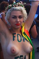 RIO DE JANEIRO, RJ, 16 MARÇO 2013 - ATO FORA MARCO FELICIANO - Sara Winter ativista do Femen Brazil em ato contra a eleição do pastor Marco Feliciano (PSC-SP) à presidência da Comissão de Direitos Humanos e Minorias da Câmara dos Deputados, realizado na praia de Copacabana, na zona sul do Rio de Janeiro, neste sábado (16). (FOTO: THIAGO LOUZA / BRAZIL PHOTO PRESS).