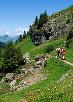 CHE, SCHWEIZ, Kanton Bern, Berner Oberland, Axalp: beliebtes Wandergebiet Tschingelfeld - Paar beim Wandern | CHE, Switzerland, Bern Canton, Bernese Oberland, Axalp: popular hiking arrea Tschingelfeld - couple hiking