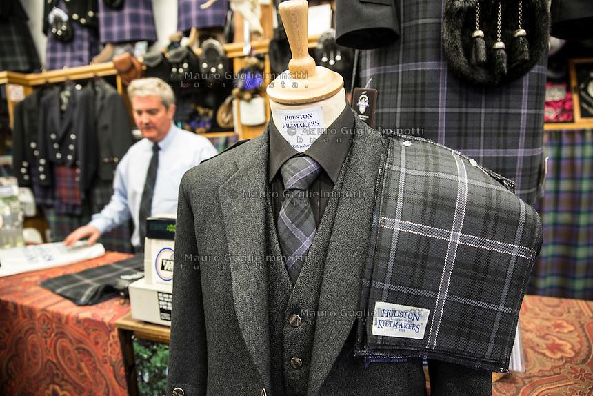 ritratto  del proprietario del negozio di kilt<br /> Owner of the kilt shop In primo piano abbigliamento scozzese, kilt